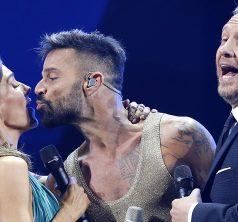 23 de Febrero de 2020/SANTIAGO  El cantante puertorriqueño Ricky Martin besa a Maria Luisa Godoy cuando recibe gaviota de plata durante su presentación en la primera noche del Festival de Viña del Mar 2020 realizado en la Quinta Vergara  FOTO:FRANCISO LONGA/AGENCIAUNO